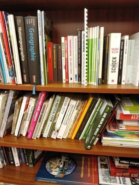 Bücherregal mit geographischer Fachliteratur im Veranstaltungsraum des schubertNESTs